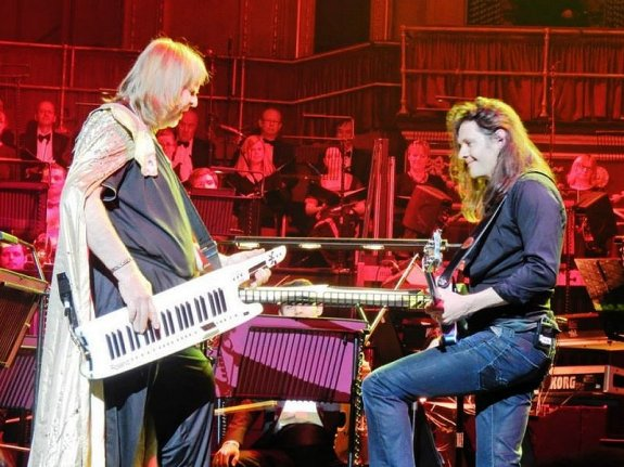 Rick and guitarist Dave Colquhoun prog it up! (photo courtesy of Erich Zahn)
