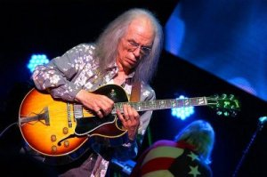 Steve Howe and his trademark Gibson ES175D.
